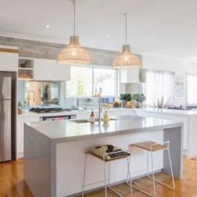 Светильник над кухонным островом в частном доме