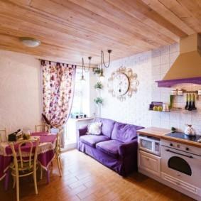 Деревянный потолок в маленькой кухне-гостиной
