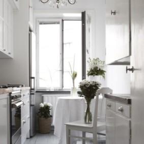 Узкая кухня с деревянным полом