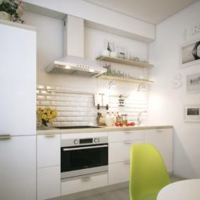 Декор стены светлой кухни картинами
