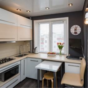 Компактный столик в маленькой кухне