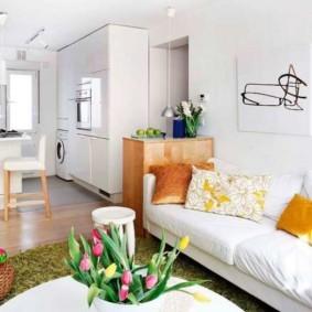 Кухонный диван с белой обивкой