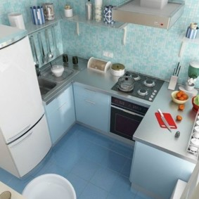 Голубой пол в маленькой кухне