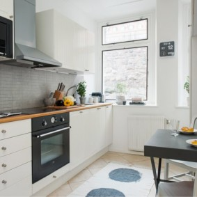 Синтетический коврик на полу кухни