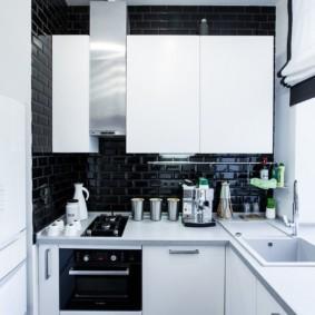 Белые шкафы на черной стене
