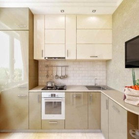 Угловая кухня в бежевом цвете