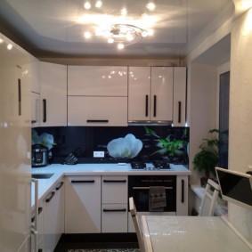 Натяжной потолок в небольшой кухне