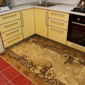 керамическое панно на полу кухни