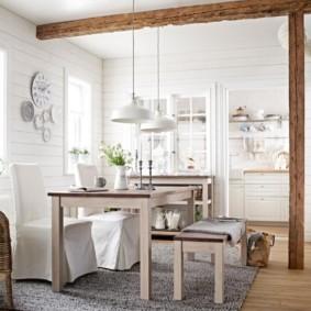 Деревянная стойка на кухне частного дома