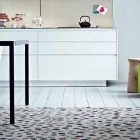 Потертая поверхность кухонного коврика