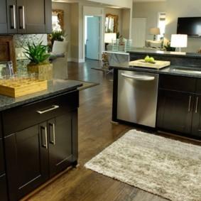 Черные дверцы кухонной мебели