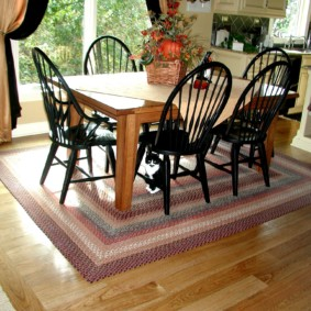 Деревянные стулья черного цвета
