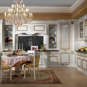 Скатерть на столе в классической кухне