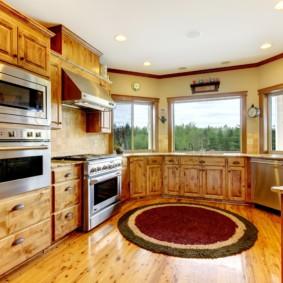 Деревянный пол на кухне с эркером