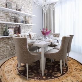 Обеденный стол на круглом ковре