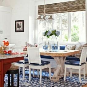 Обеденный стол в кухне дачного домика