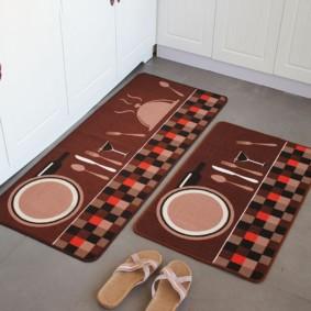 Домашние тапочки возле кухонных ковриков
