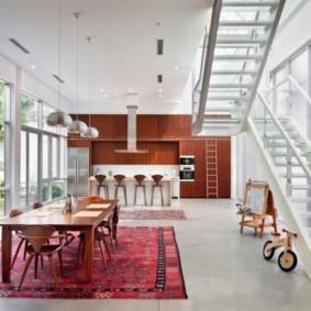 Кухня-столовая с лестницей на второй этах частного дома