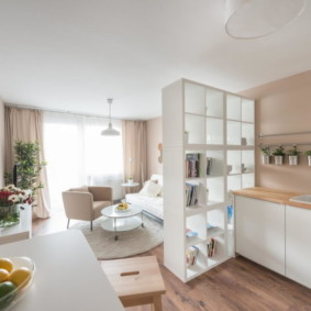 Открытый стеллаж между кухней и гостиной