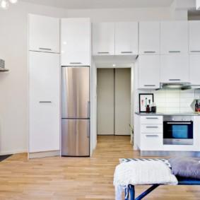Кухонный гарнитур с высокими шкафами