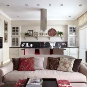 Декоративные подушки на диване в гостиной