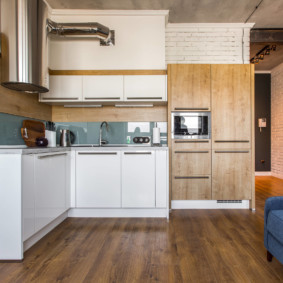 Ламинированный пол в угловой кухне