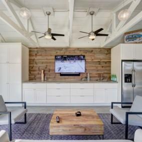 Интерьер кухни с потолочными балками