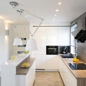 Серые панели на стене кухни