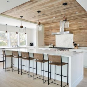 Деревянная отделка стен и потолка кухни