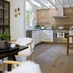 Меховые накидки на кухонных стульях