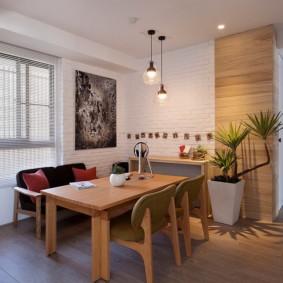 Удобная обеденная зона с деревянным столом