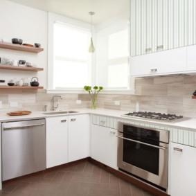 Угловая кухня в светлых тонах