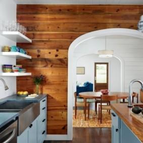 Деревянные панели на стене кухни