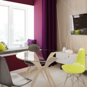 Желтый стул коло стеклянного стола