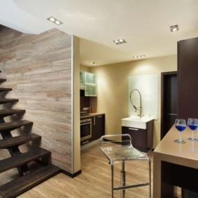 Деревянная лестница на второй этаж частного дома