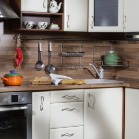 Рейлинги на кухонном фартуке из дерева