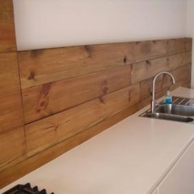 Деревянные панели на кухонном фартуке