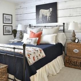 Металлическая кровать в спальне стиля прованс