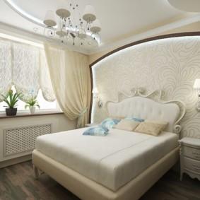 Французские шторы на окне спальни