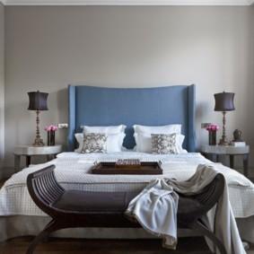 Голубое изголовье на двухспальной кровати