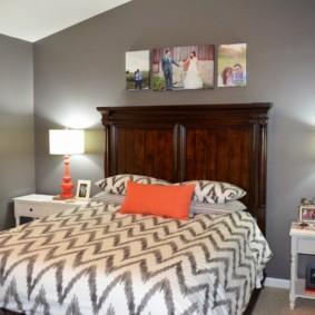 Оранжевая подушка на кровати в спальне