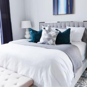 Подушки на кровати в спальне супругов