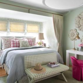 Широкая кровать перед окном в частном доме