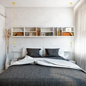Открытые полки на стене спальной комнаты