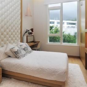 Каретная стяжка над изголовьем кровати
