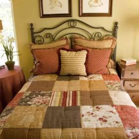 Одеяло в технике пэчворк в деревенской спальне
