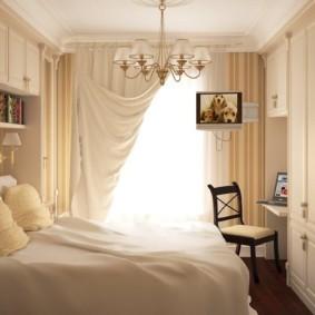 Плотные шторы в классической спальне