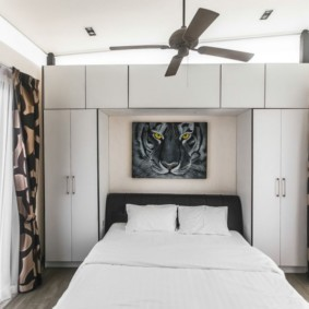 Вентилятор на потолке спальни