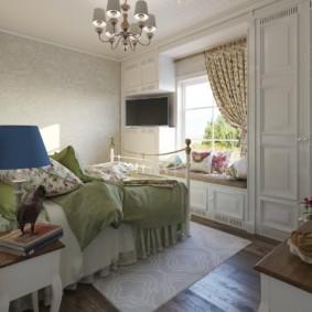 Светлый ковер на полу спальни