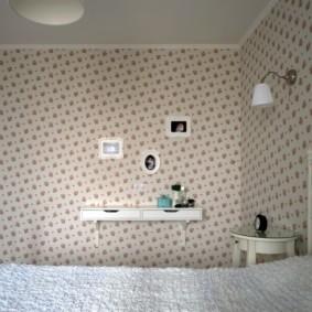 Отделка стен спальни бумажными обоями